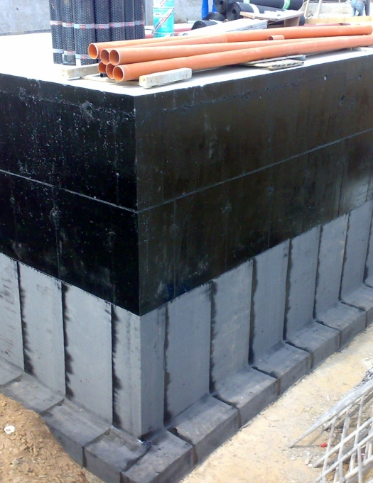 Sistem de hidroizolatie si protectie exterioara la pereti de subsoluri / fundatii / bazine